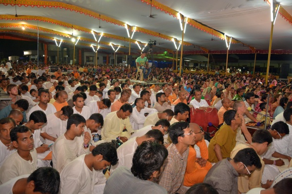 Devotees hearing to Radhanath Swami