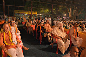 Devotees-hearing-a-talk-by-Radhanath-Swami