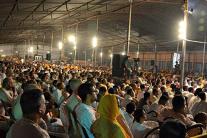 Devotees-hearing-talk-by-radhanath-swami