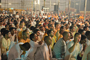 Devotees-listening-to-the-talk-by-Radhanath-Swami