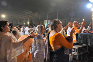 Devotees-offering-lamp-to-lord-damodara