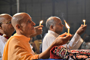 Radhanath-Swami-offering-lamp-to-Lord-Damodara