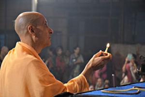Radhanath-Swami-offering-lamps-to-the-Lord