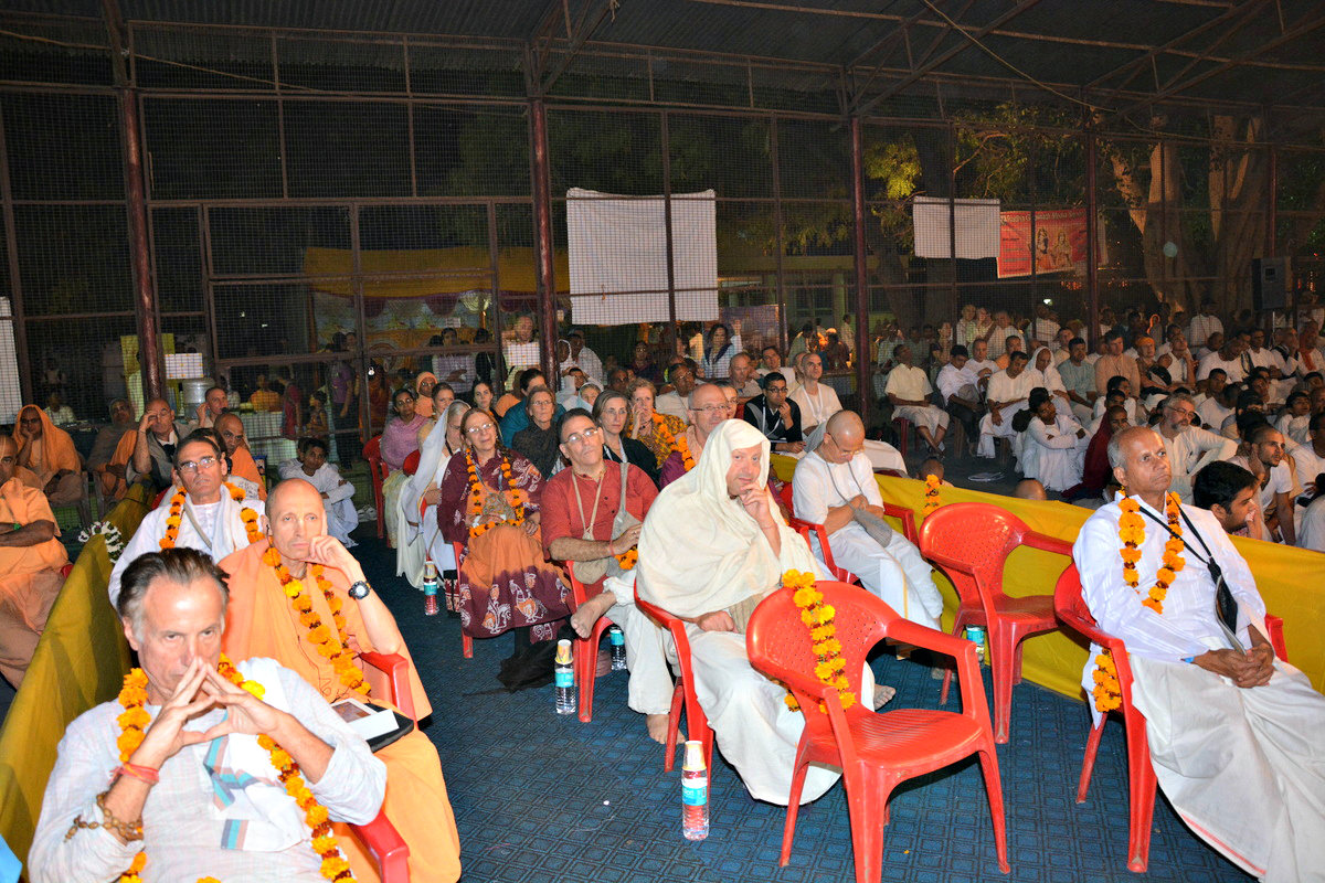Devotees listening to the lecture of Radhanath Swami